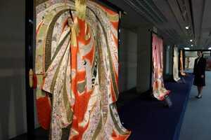 技術の粋を集めた江戸時代の小袖の復元品が並ぶ千總展(京都市下京区・京都高島屋)