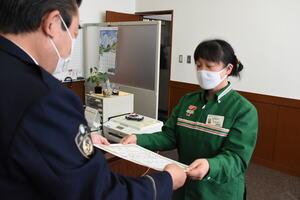 感謝状を受け取る店長の高橋さん(右)=滋賀県警守山署