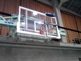 バスケットゴールに引っかけられたパイプいす(滋賀県高島市今津町今津・高島高)=滋賀県警提供