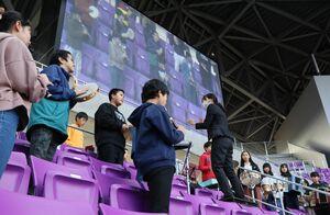 スタンド席で息が合った演奏を披露する6年の児童たち(亀岡市追分町・サンガスタジアム京セラ)