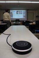 六原連合自治会が使っている集音マイク。オンライン会議で役立っている(2020年11月25日、京都市東山区のやすらぎ・ふれあい館)