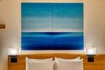 梅小路ポテル京都内にある特別な客室「aeru room」。丹後ちりめんを青で染めたパネルが飾ってある(京都市下京区)