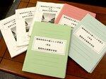臨時休校を受けて東輝中の教員らが作成した冊子。担任が各家庭を回って配布し、回収している