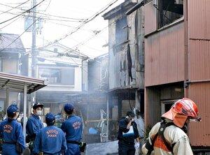燃えた建物の消火活動にあたる消防隊員ら(14日午後2時39分、京都市伏見区淀美豆町)
