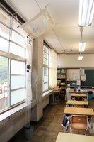 雨漏りしている6年生の教室。ビニールの雨よけで、児童に雨水がかからないように対応している(大山崎町円明寺・第二大山崎小)