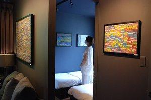 「やまなみ工房」の通所者の作品を飾る客室(大阪市浪速区難波中1丁目)