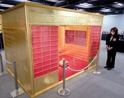 会場で特別展示されている、豊臣秀吉が造らせた「黄金の茶室」(復元)
