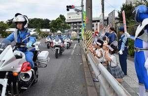 パトロールに向かう府警本部交通機動隊を見送る子どもたち(京都府舞鶴市北吸)