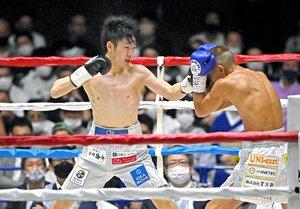 WBC世界ライトフライ級タイトルマッチ 3回、矢吹正道(右)を攻める寺地拳四朗=京都市体育館