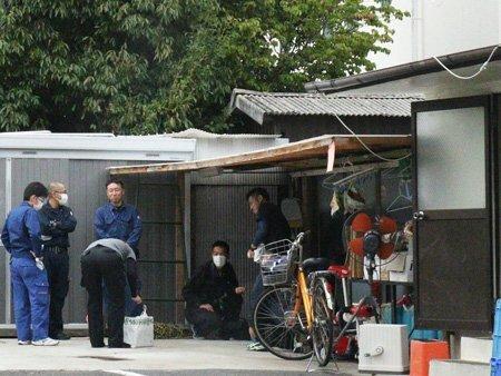 被告の自宅兼店舗裏に集まる捜査員(9月16日午後1時28分、守山市古高町)