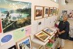 渡邊さんの作品展を開いた親戚の土田さん。生前、渡邊さんと「いつか展示会をやれたらいいね」と話していた(三重県桑名市・くわなまちの駅)