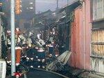 出火した民家の消火にあたる消防隊員(4日午後7時21分、京都市下京区梅小路西中町)