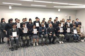 iPS細胞を使った治療法研究のために、寄付金を集めた高校生ら(京都市左京区・京都大iPS細胞研究所)