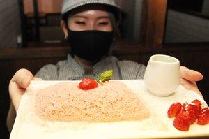 1ミリほどの細さに削られた氷が何層も重なる糸ピンス(京都市中京区・ソルカフェ)