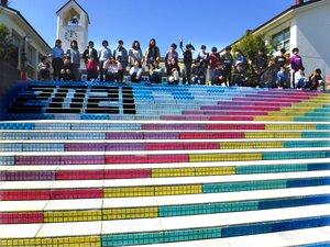 完成した階段アート。虹のデザインには、「コロナ禍でも明るく元気に」との願いを込めた(滋賀県甲賀市甲南町・希望ケ丘小)