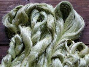 本郷さんが手がけた天蚕の糸。緑色と独特のつやと輝きを放つ