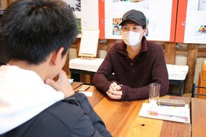 中学生と英会話する村田さん(右)=東近江市東中野町・中野ヴィレッジハウス