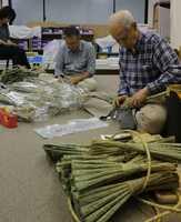 ちまきを仕上げる山鉾町の住民。今年は9保存会が値上げを決めた(京都市内)