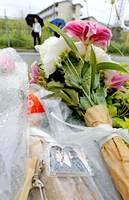 放火で死傷者が出た京都アニメーション第1スタジオ近くに置かれた花束と「けいおん!」のキーホルダー(19日午前8時45分、京都市伏見区)