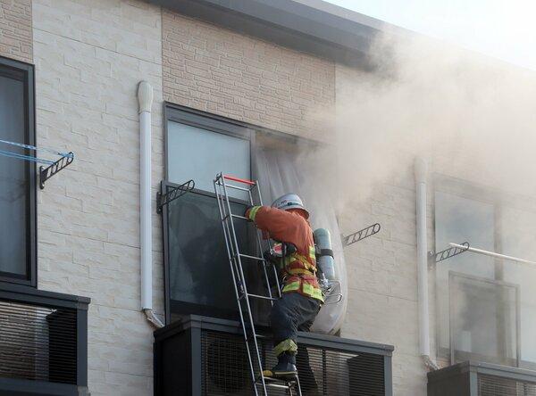 1人が心肺停止状態で運ばれたアパート火災(21日午前7時55分、東近江市八日市緑町)