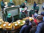 京都市中央卸売市場で行われた葉付きミカン・ダイダイの競り(京都市下京区)