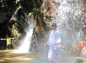 金引の滝で滝行を行う天橋立観光協会の職員(右)=京都府宮津市滝馬