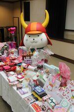 バレンタインのプレゼントをもらって喜ぶひこにゃん(滋賀県彦根市・彦根城博物館)