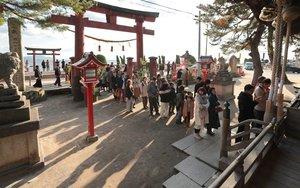 正月には白鬚神社の拝殿前に大勢の参拝者が並ぶ。真っすぐ後ろの琵琶湖沖には大鳥居(左奥)がそびえる=1月2日