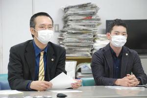 京都市が特例で仁和寺門前にホテル建設を認めた事業者について、特例の撤回を求めた弁護士ら(4日午後、同市中京区)