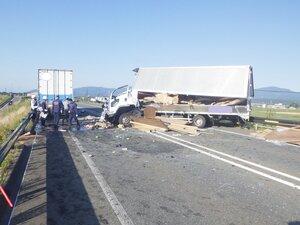 正面衝突した大型トラック(左)と中型トラック=滋賀県高島市新旭町北畑、滋賀県警提供