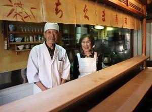 昨年3月末で閉店した「ちくま寿司」主人の岡部忠蔵さん(左)と妻のアイ子さん(京都市左京区下鴨芝本町)