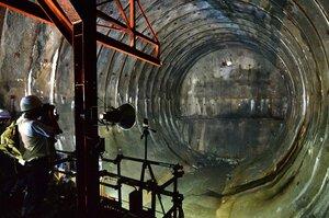 天ケ瀬ダムのトンネル式放流設備が貫通。厚さ1.5メートルの岩盤に重機で穴があけられ、光が差した(22日午後2時54分、京都府宇治市)