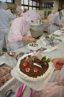 クリスマスケーキの製造に励む生徒たち(綾部市川糸町・綾部高東分校)