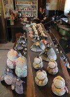 陶房にずらりと並ぶバラエティー豊かなひな人形(甲賀市信楽町長野・リリーオブザバレー)