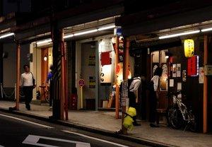 大津駅前商店街で居酒屋を探す客たち(18日午後7時30分、大津市御幸町)