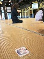 西本願寺の御影堂に貼られた手作りの蓮の花。ソーシャルディスタンスを測る目印になっている(京都市下京区)