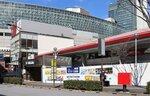 はがき抽選分の販売窓口となる「東京2020チケットセンター有楽町」(手前)=東京都千代田区
