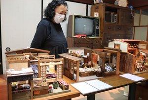 焼きいもを店頭で売っていた京町家(左)も並ぶミニチュアハウス作品展(大津市稲津1丁目・「自由空間 ももとせ」)