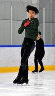 練習でジャンプを決める本田ルーカス剛史(宇治市・木下アカデミー京都アイスアリーナ)