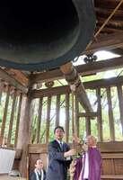 「平和の鐘突き」に参加する大津市幹部と寺院関係者。熱中症対策として今年から、式典が廃止された=2017年8月15日、大津市園城寺町・三井寺