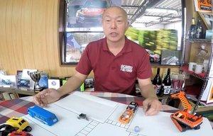 交通事故の瞬間などをミニカーを使って紹介する福永さんの動画