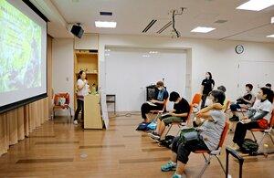 メスが権力を持つボノボについての講演を聞く参加者ら(京都市左京区・市動物園)