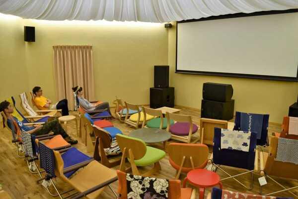 映画館と同様の設備を備えたホール(京都府舞鶴市竹屋・Seis)