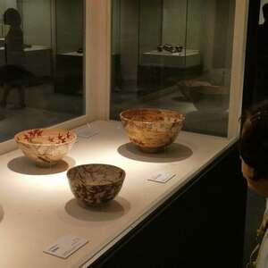 京焼の名工に学んだ「色絵金彩雲錦鉢」(右)。金彩は器を華やかにするだけでなく、盛り付けた料理に立体感をもたらす効果を生んでいるという