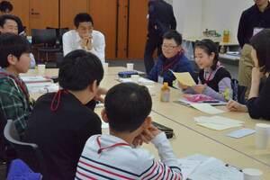 こども新聞サミットの分科会で交流する佐野さん(右から2人目)ら=東京都江東区・日本科学未来館