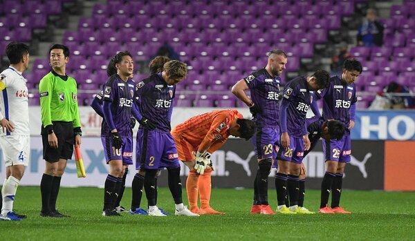 サンガ-甲府 試合後、J1昇格を絶たれうなだれるサンガの選手たち(サンガスタジアム京セラ)