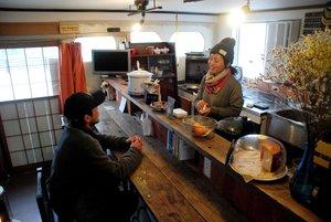 移住者や住民らが日替わりで店主になるツナギバカフェ。トミタさん(右)は「もっと地元の人にも足を運んでもらいたい」と話す(和束町釜塚)