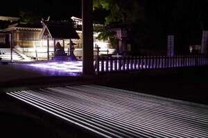 「光のみち」を題材にした作品(手前)と試験点灯された「光の海」がテーマの作品=宮津市大垣・籠神社