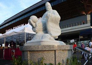 観戦客が往来するスタジアム外周にお目見えした「蹴鞠像」(京都府亀岡市追分町・サンガスタジアム京セラ)