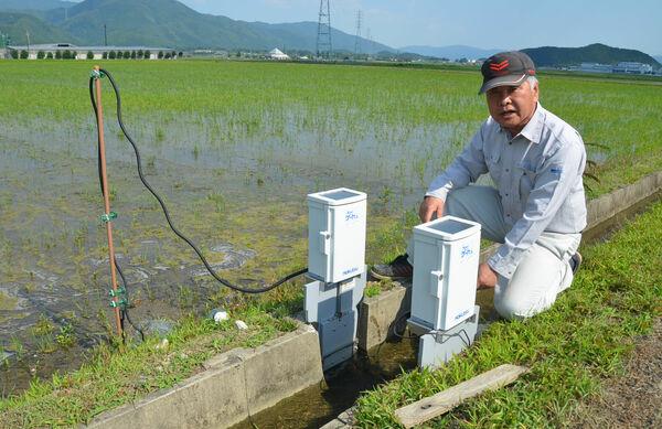 左側のセンサーで水位を検知し、用水路から田んぼに水を引き込むゲートが自動で開閉する(京都府南丹市八木町)